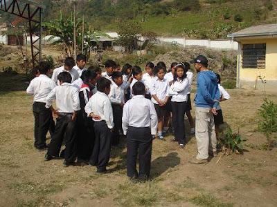Hugo y niños en el Colegio