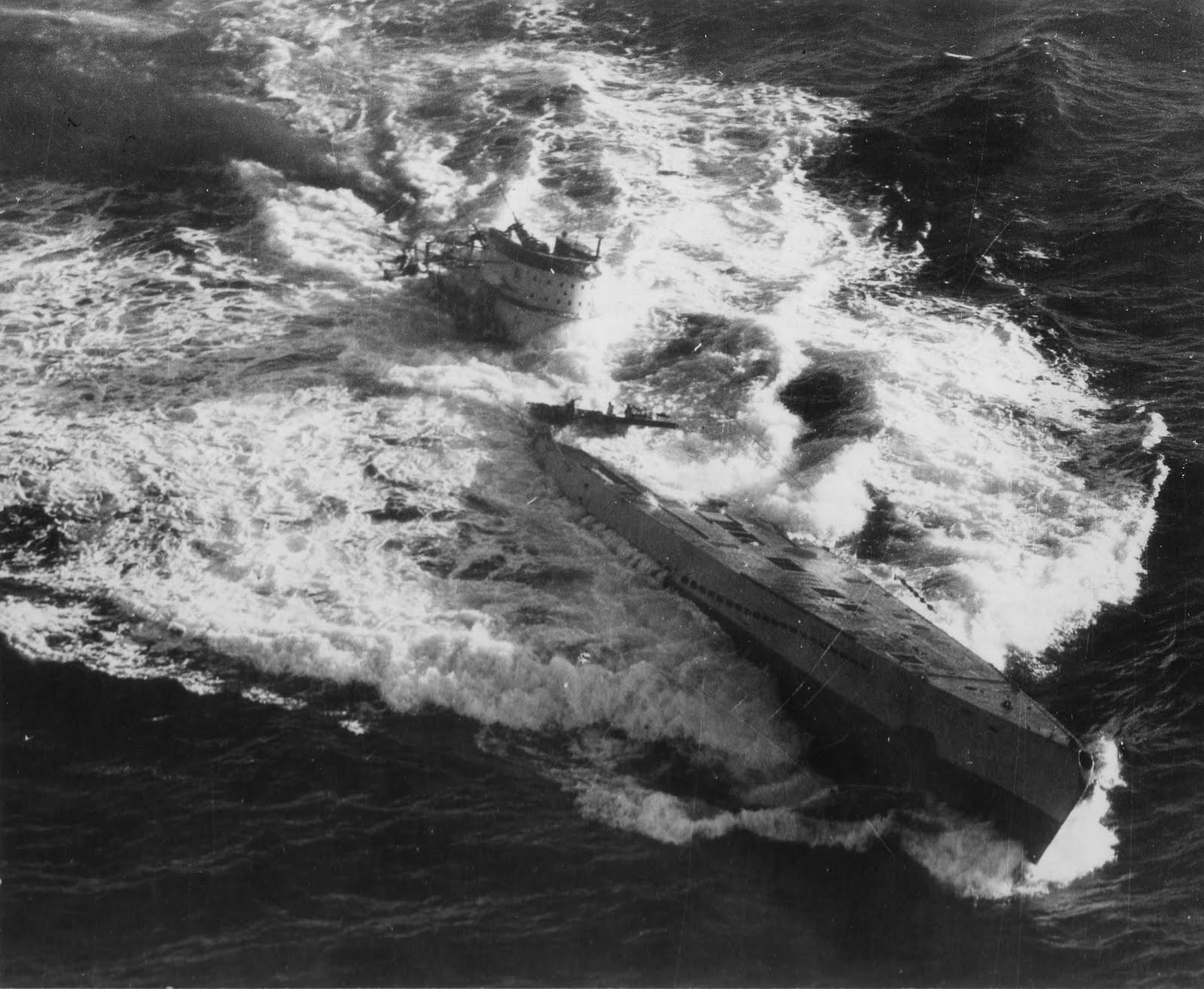 photos de sous-marin et de leur équipage U-185+in+the+sea