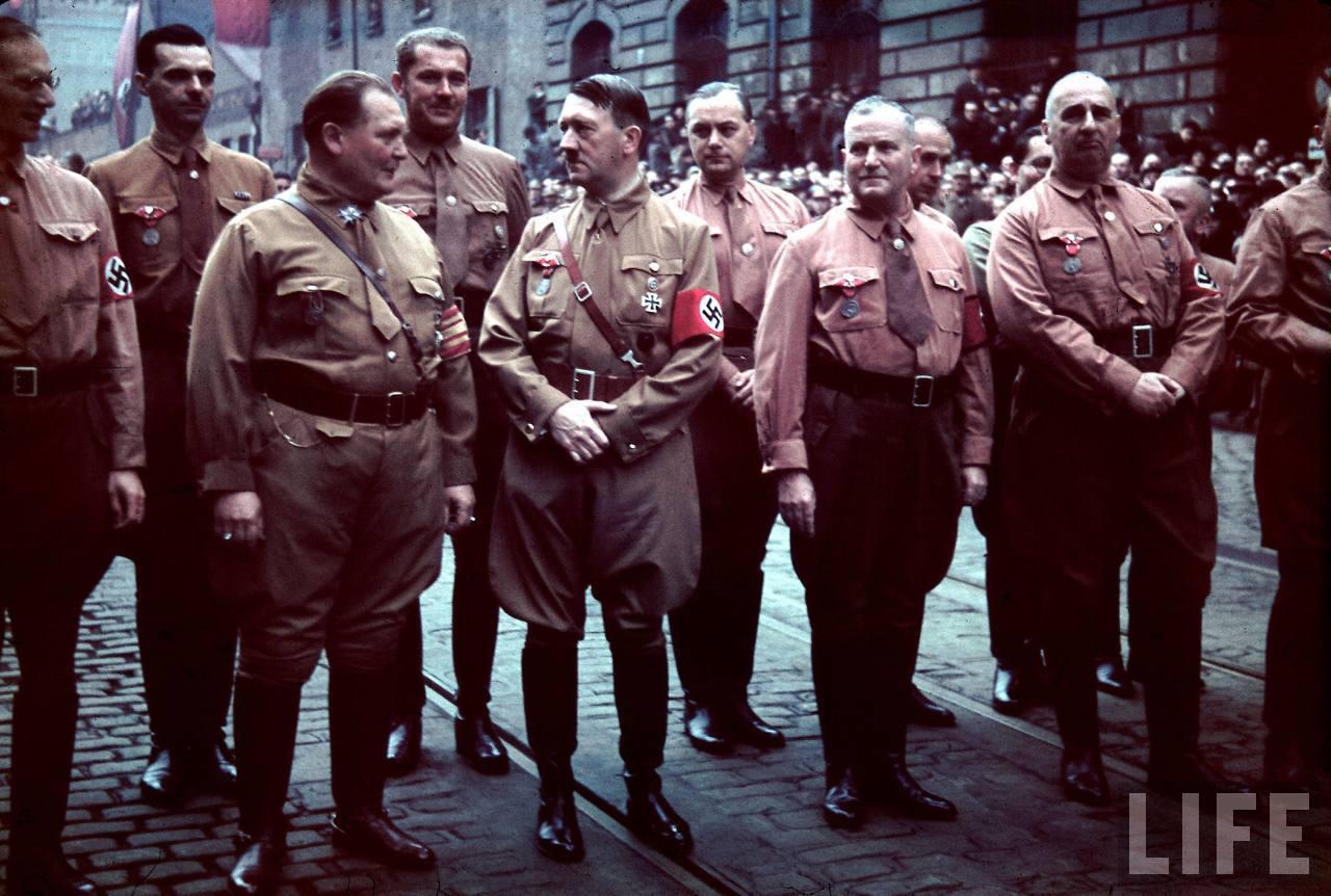 photos de hugo jaeger (photographe de Adolf Hitler ) Munich+Germany+November+9,+1938+during+the+remembrance+of+the+Putsch03