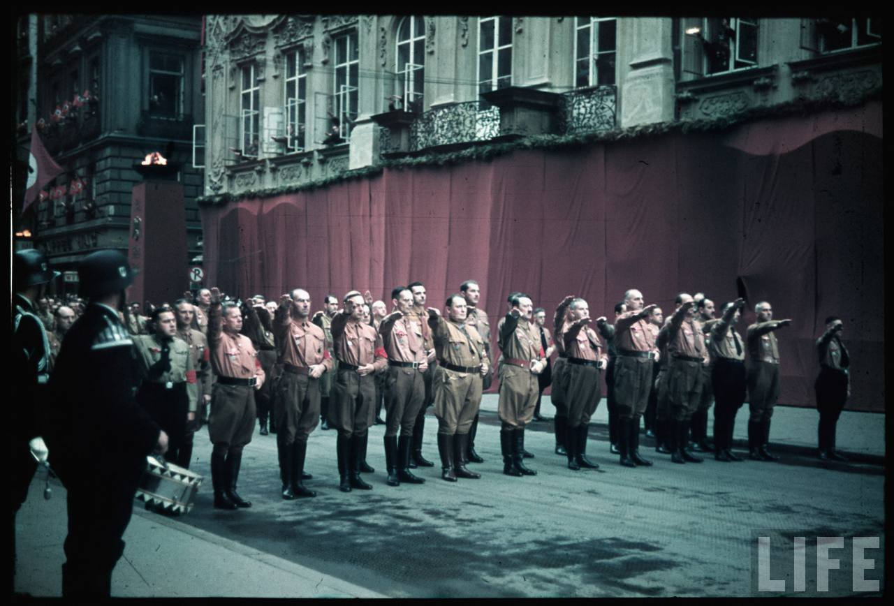 photos de hugo jaeger (photographe de Adolf Hitler ) Munich+Germany+November+9,+1938+during+the+remembrance+of+the+Putsch10