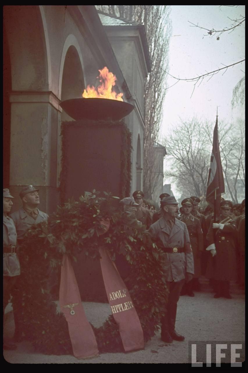 photos de hugo jaeger (photographe de Adolf Hitler ) Munich+Germany+November+9,+1938+during+the+remembrance+of+the+Putsch12