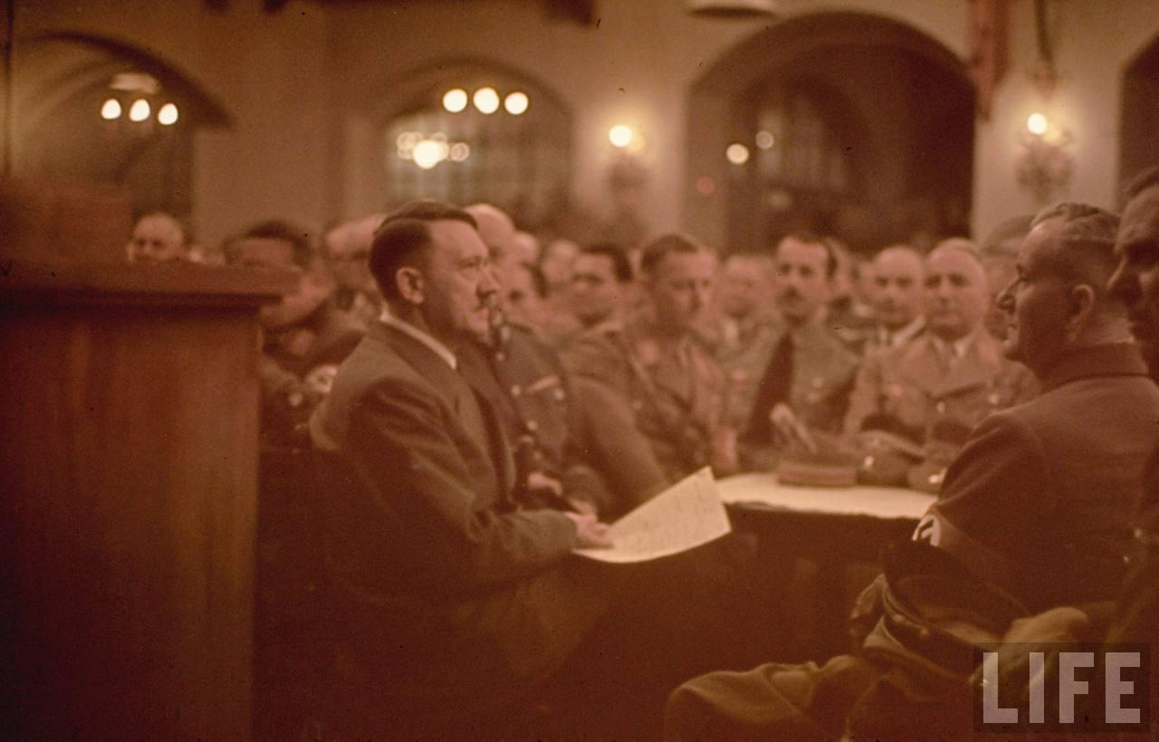 photos de hugo jaeger (photographe de Adolf Hitler ) Munich+Germany+November+9,+1938+during+the+remembrance+of+the+Putsch16