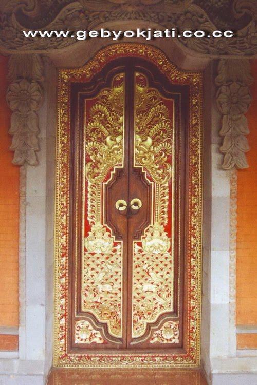 desain pintu ini yang di desain artistik dengan ornamen dan ukiran ...