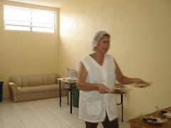 NO SALÃO DA IGREJA - A EVA SERVINDO A MERENDA