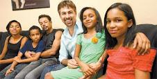 O casal Edson Torres e João Amâncio (centro), que conseguiu a guarda provisória de quatro crianças,