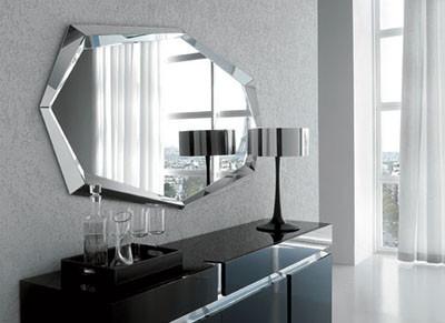 una buena idea es combinar un espejo antiguo con muebles modernos para dar