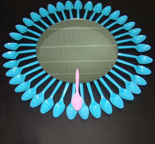 Renovar un espejo con cucharas somosdeco blog de decoraci n for Decoracion de espejo con cucharas