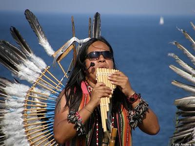 indian, panflöjt, flöjt, pan flute, native american, havet, sea vatten, segelbåt, kiviks marknad, kivik, 2009, indianer, fjädrar