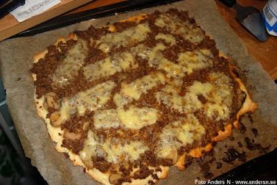 hembakt pizza köttfärssås ost homemade pizza with meatfarcesauce and cheese inte f-n vet jag vad köttfärssås heter på engelska foto anders n