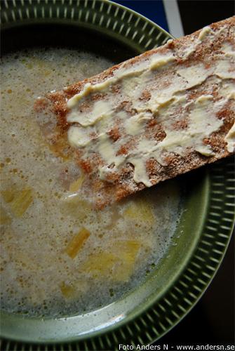 potatis- och purjolökssoppa, knäckebröd, vegetarisk soppa, foto anders n