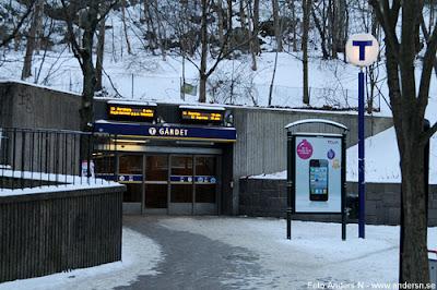 Gärdet, Gärdets tunnelbanestation, tunnelbana, tunnelbaneuppgång, tunnelbanenedgång, stockholm, tegeluddsvägen, värtavägen, 2005, 2010, höst, vinter, då och nu, tv4, foto anders n