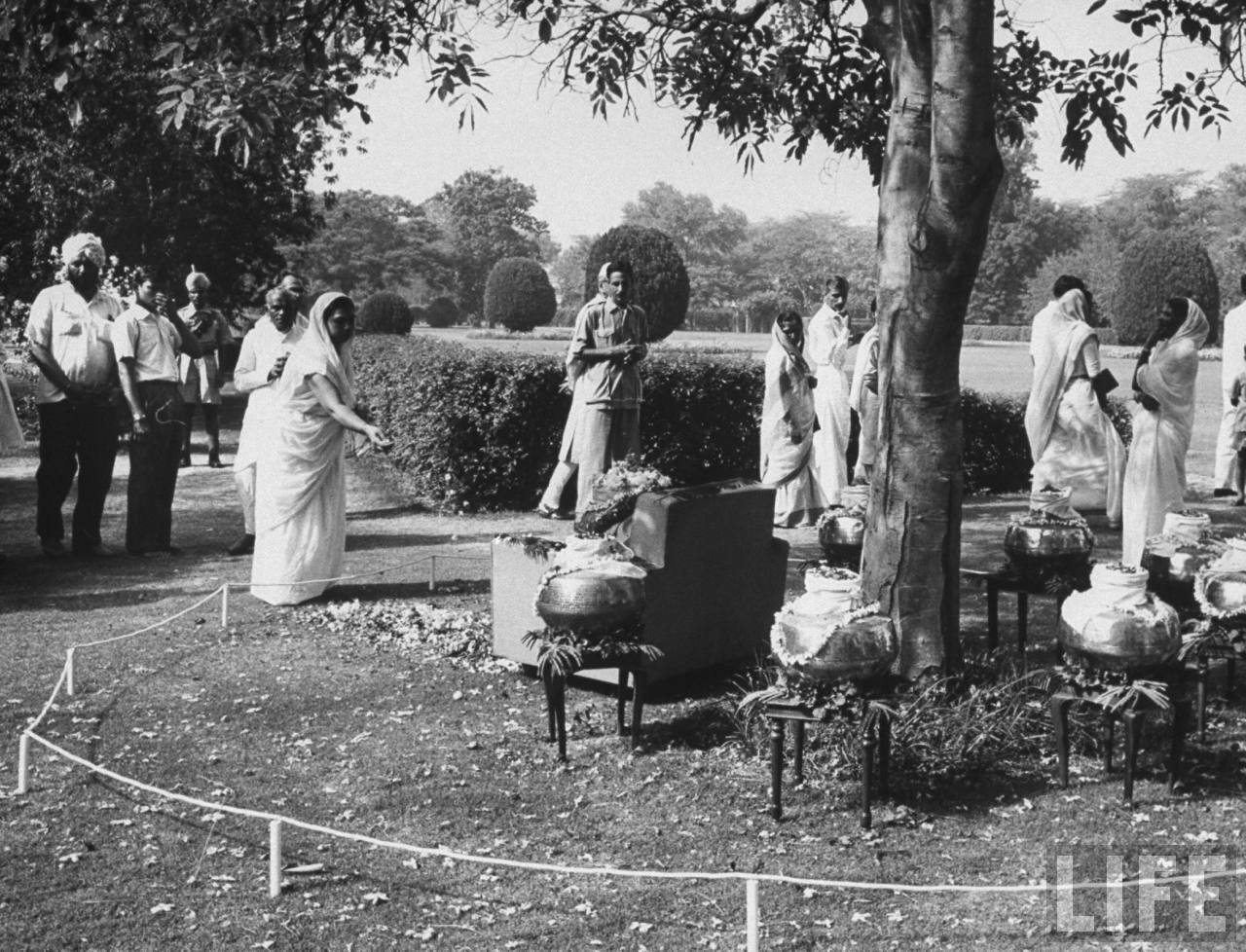 People paying homage to ashes of Jawaharlal Nehru placed in 8 brass urns - June 1964