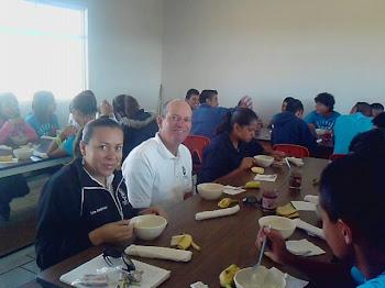 desayunando alumnos y maestros