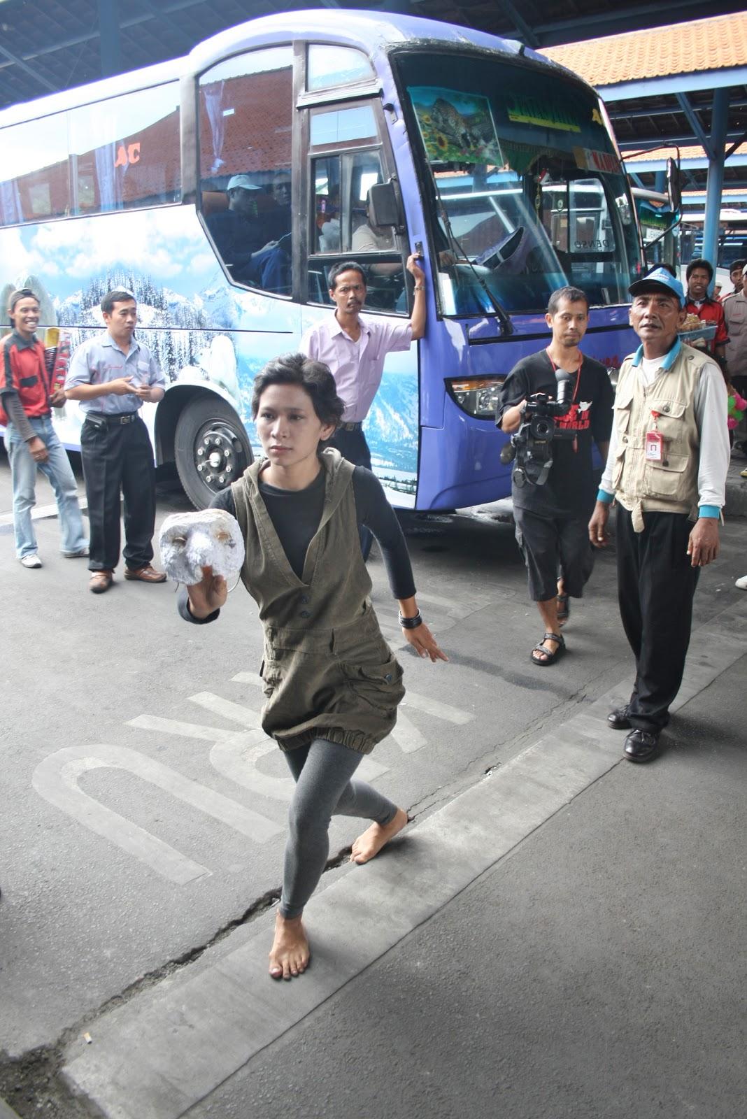 calon penumpang di terminal purabaya bungurasih kamis 21 10 sambil ...