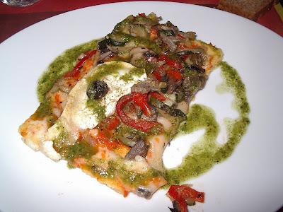 Pizza de polenta amb verdures, formatge de cabra i pesto de rúcula