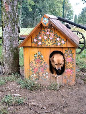 Zalipie malowana psia buda kwiaty
