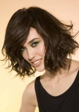 Les plus belles coupes de cheveux homme femme tendance carr plongeant - Carre plongeant frise naturel ...