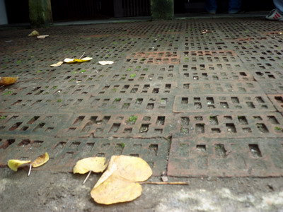 ini, saya temui perbedaan pola lantai di teras rumah. Di lantai ...