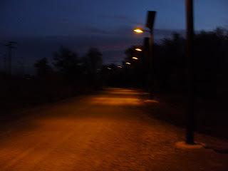 Farolas solares iluminando orilla del Gállego