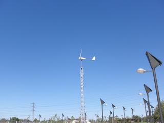 aerogenerador pequeño orilla del Ebro farola solar