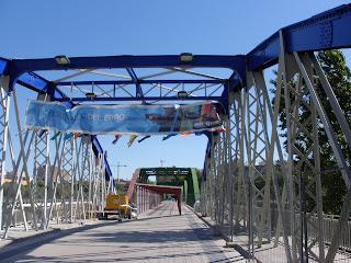 puente de hierro verde azul y blanco del pilar Zaragoza