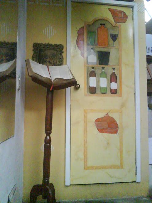 figura de licorera en puerta
