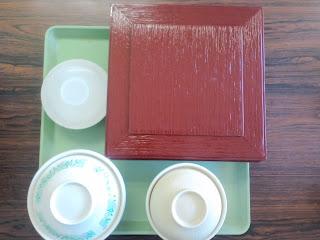 写真: 運ばれてきた昼食のトレイ