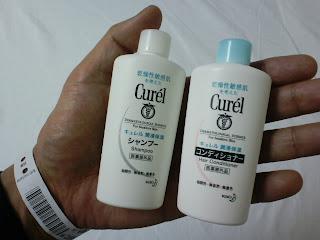 写真: 持参しているシャンプーとリンス。冬場なので、乾燥肌用の「花王 キュレル」を用意した。
