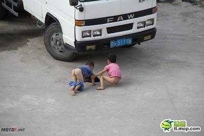 pik anak kecil yg ml di jalan ck ck ck