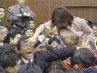 Wah,, Anggota Parlemen Jepang Meraba Dada Cewek Cantik