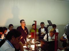 Acadêmicos de Matemática na Oficina da Disciplina Física II
