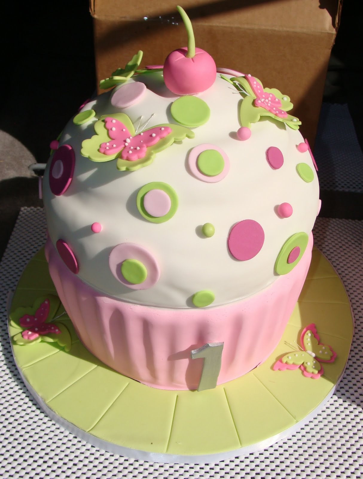 cupcake birthday cake Photo