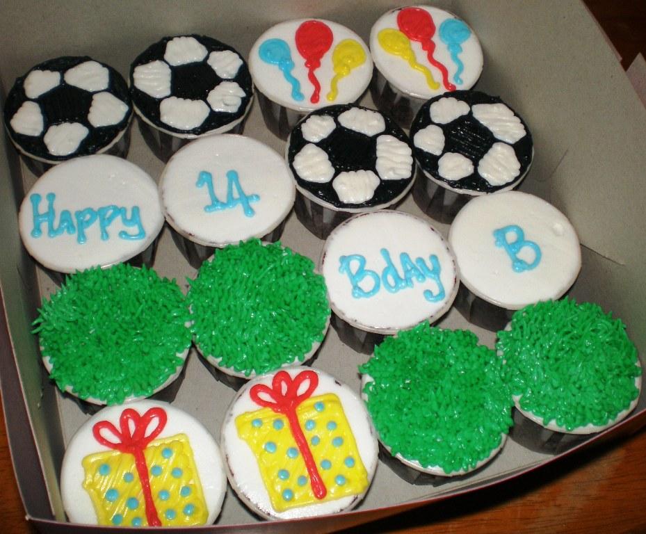 cupcakes cartoon. birthday cupcakes cartoon.