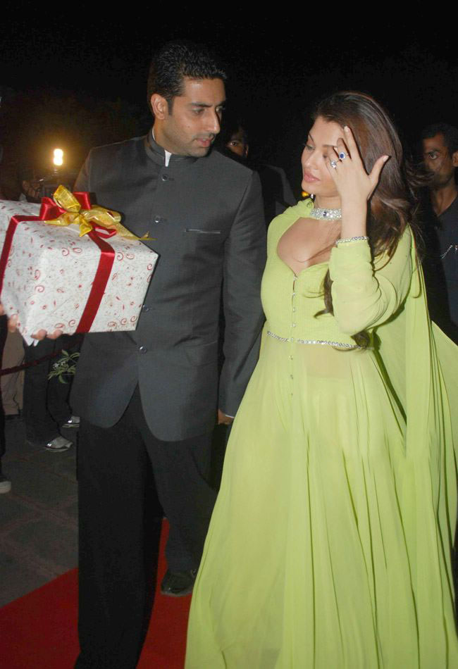 Aishwarya Rai looking Hot at a Marriage reception
