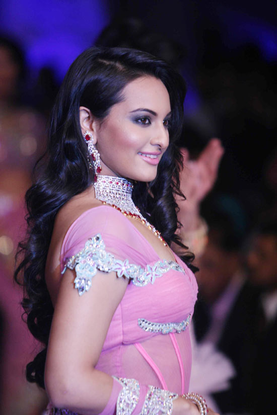 Bollywood Hot actress Sonakshi Sinha