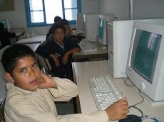 Ahmed et ses camarades dans la salle d'informatique!