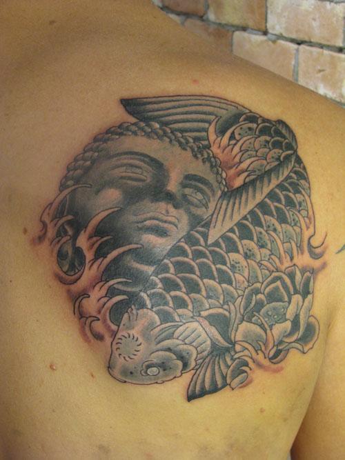 Tattooer Tatoeage Client Op Ribbenkast In Tattoo Shop Royalty Vrije