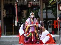 野宮神社でお輿に乗るところ