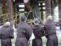 僧侶も試し突きにはチームワークが必要だ