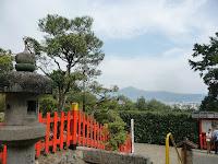 境内から東北を望むと正面に比叡山
