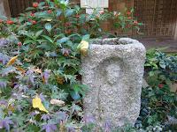 西行堂の前の石仏