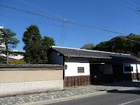 下立売通沿いの白い漆喰塗りの長屋門