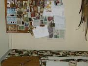 Aqui corto as bolsas e o quadro ao fundo  mostra modelos que servirão de base para novas criações
