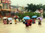 orang ramai sedang mengharungi banjir..
