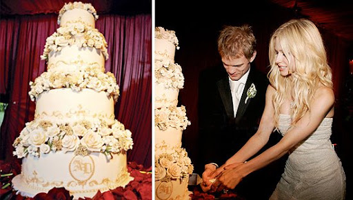 Avril Lavigne and Deryck Whibley's wedding cake was a 4-tiered half-vanilla,