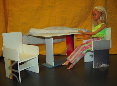 Mamma claudia e le avventure del topastro tavolo sedie divano e tv per barbie - Tovaglia per tavolo salotto ...