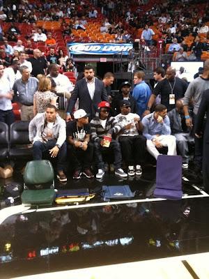 Imagen de Chris Brown, Bow Bow, Lil Wayne, Mack Maine y Drake en un partido de la NBA