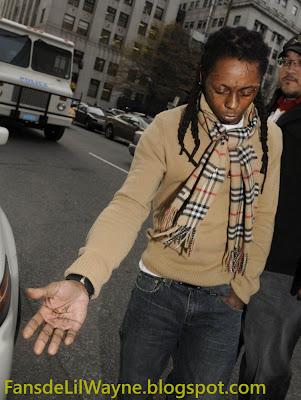 Imagen de Lil Wayne enseñando el tatuaje de la mano