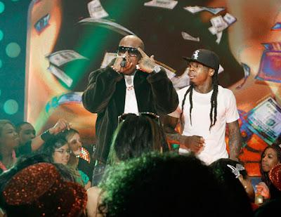 Imagen de Birdman y Lil Wayne cantando fire flame remix en la actuacion de 106 & Park