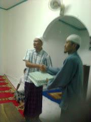 Pemberian Cenramata oleh Ust Totok  Pcm Panrkn Situbondo